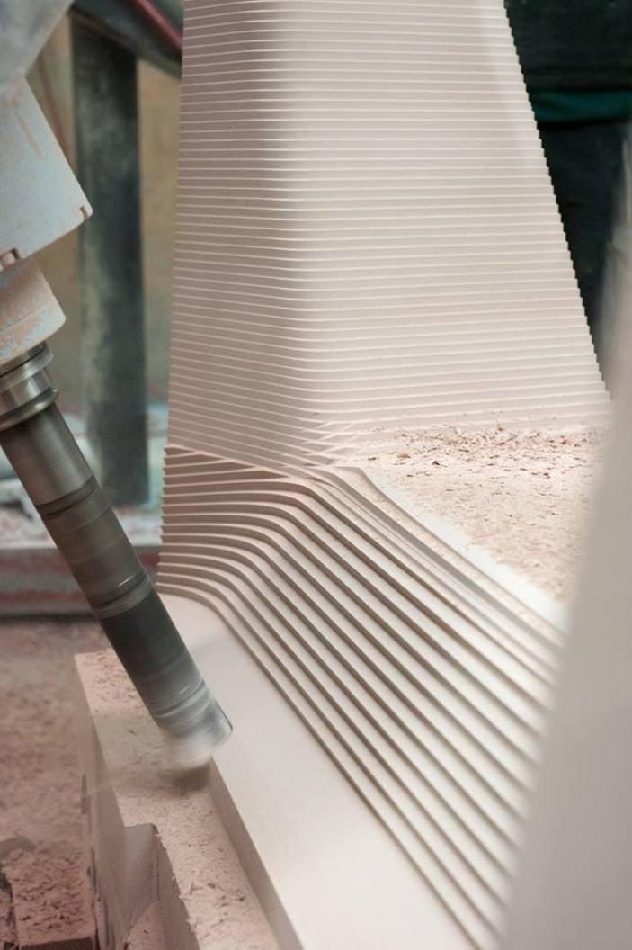 Milán 2015: Thomas Feichtner esculpe una silla a partir de hojas de fibra de carbono